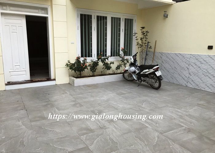 Basic furnished house in Lac Long Quan for rent 1