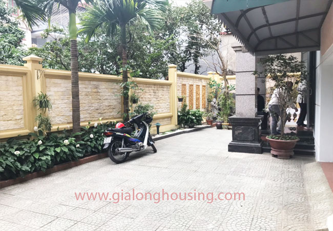 05 bedroom house with nice courtyard for rent on Xuan La street 4